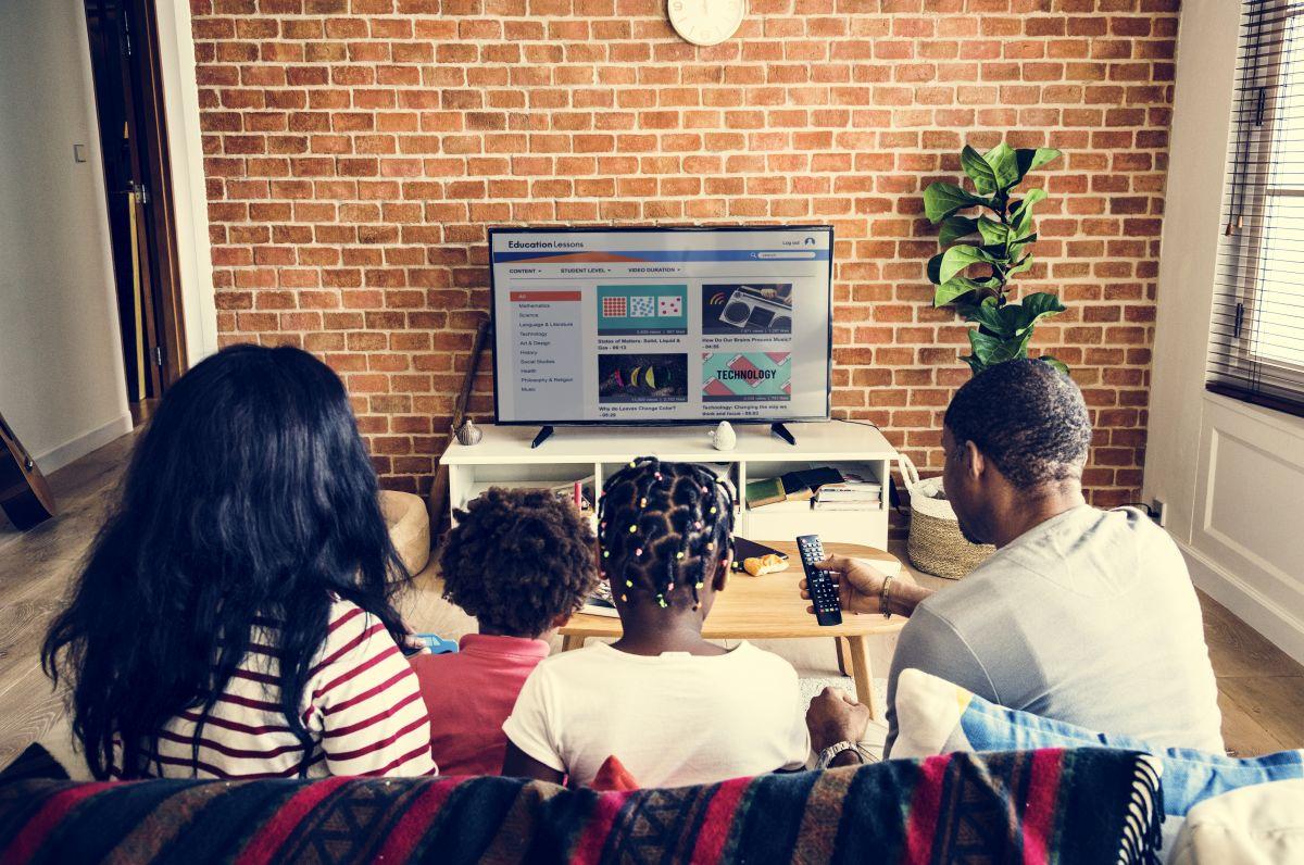 rodzina wspólnie przed tv